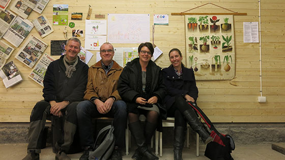 Niklas, Erland Lundqvist, Susanne LIndegardt och Annette Ungfors bekantar sig med Slakthusets fisk- och odlingsmodell